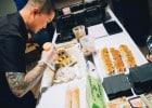 Des criquets et des vers en garniture de sushis  - Peter Yung en pleine creation