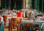 Insolite: un client emporte avec lui la table d'un resto  - Au restaurant