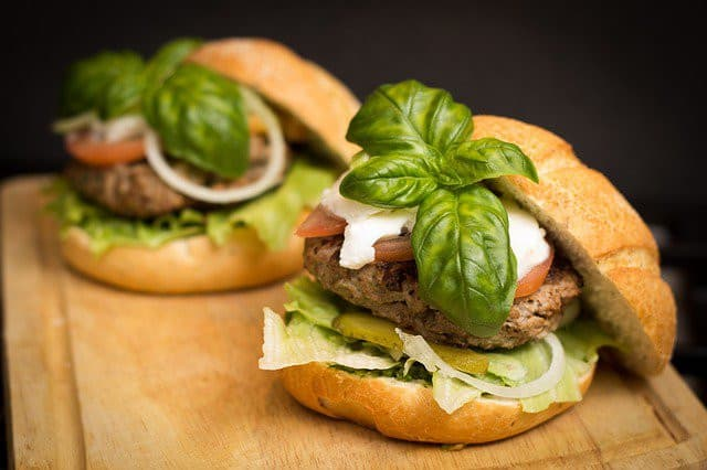 Deux hamburgers gourmets
