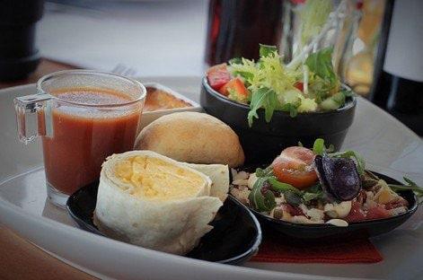 Plateau-repas pour déjeuner en été