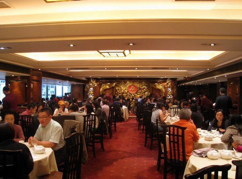 Salle de restaurant illuminée