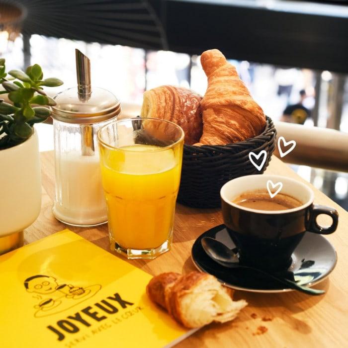 Petit-déjeuner au café Joyeux