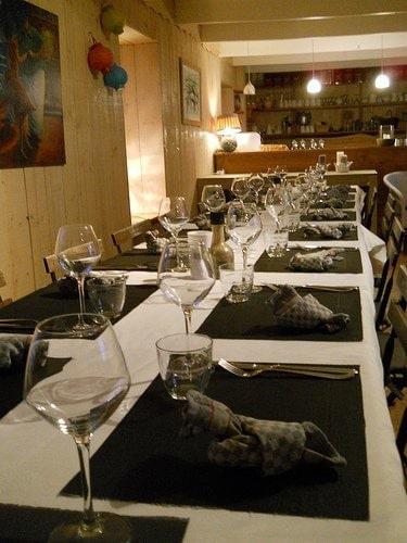 Tables, verres et couverts en resto
