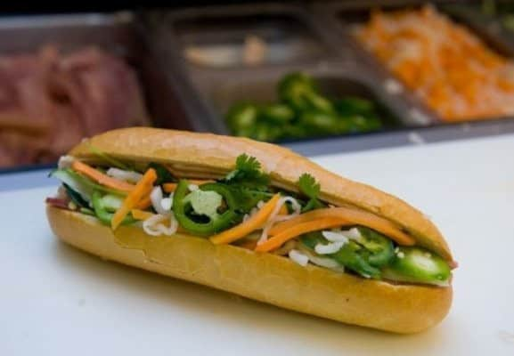 Sandwich garni de crudités