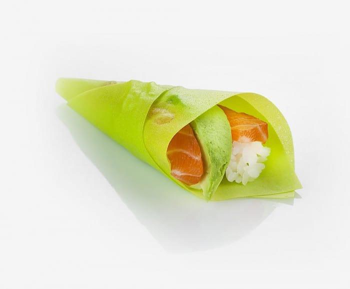 Temaki enrobé dans une feuille de soja verte