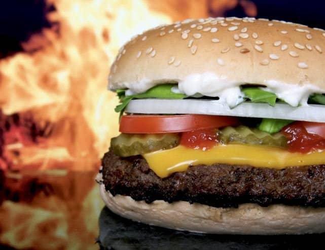 Hamburger : steak, fromage, tomate, salade