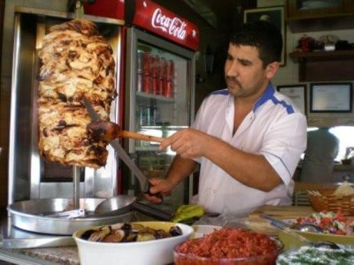 Un marchant tranchant des kebab