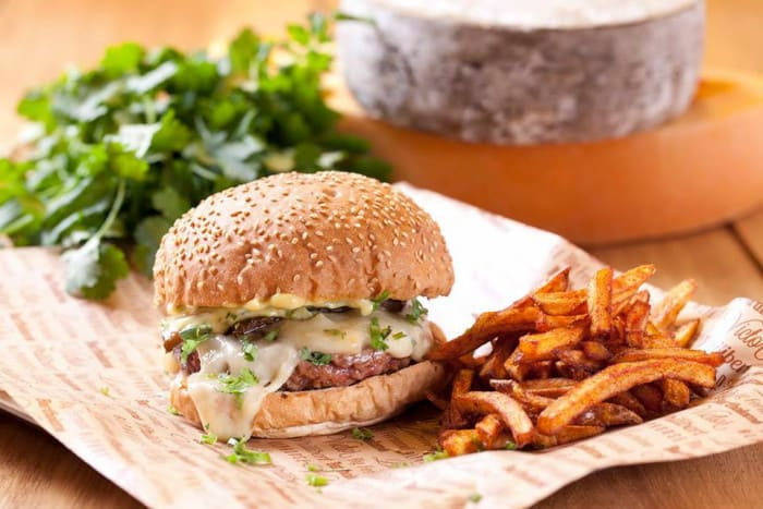 Salade, hamburger et frites