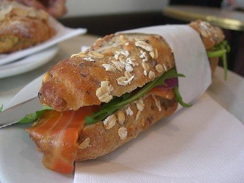 Sandwich au saumon dans un pain aux amandes
