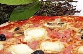 Pizza à la sauce tomate et mozzarella