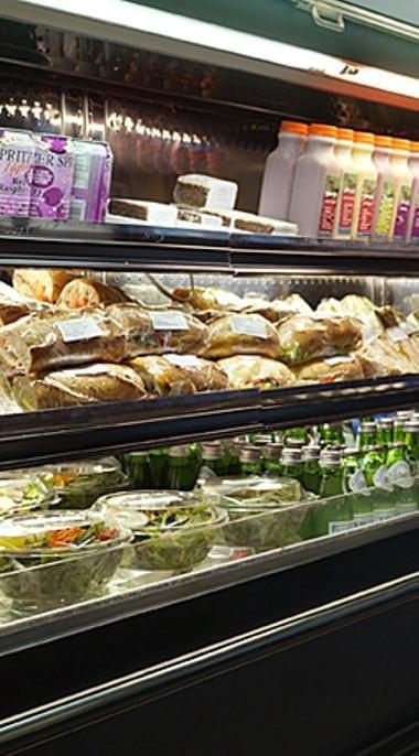 Sandwiches, salades, boisson en libre service
