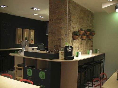 Comptoir de restauration et tables
