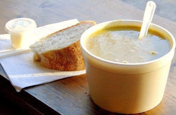 Cup de soupe, fromage et pain