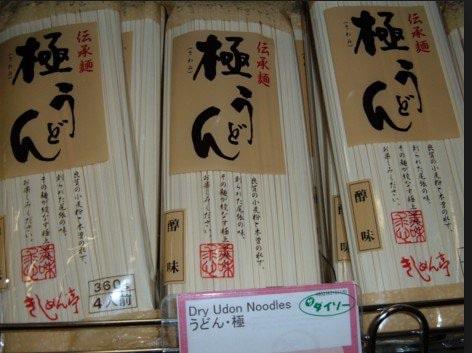 Paquets de nouilles udon deshydratées