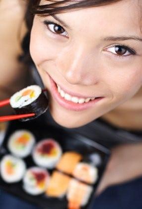 Japonaise dégustant des sushis