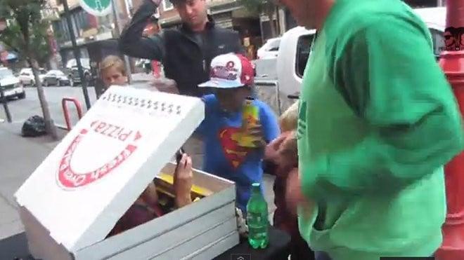 Un zombie sort d'une boîte à pizza
