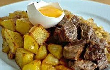 Jaune d'oeuf cru, steaks et pommes de terre