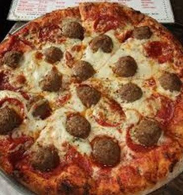Pizza sauce tomate et boulettes de viande