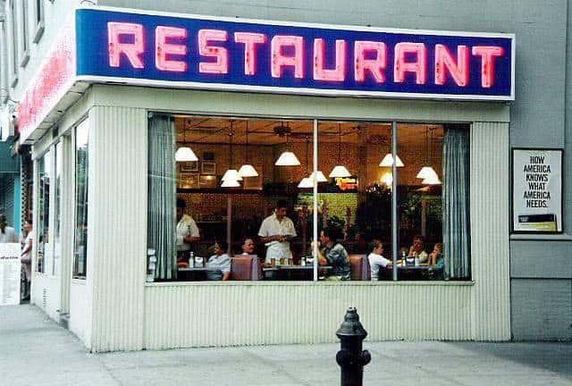 Vue d'une salle de restaurant depuis la rue