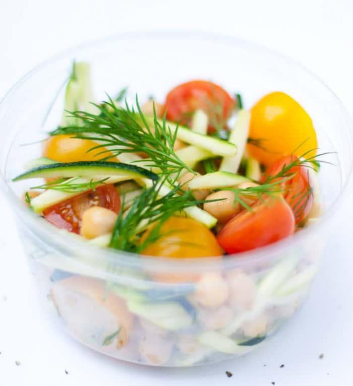 Salade végétalienne pour le printemps
