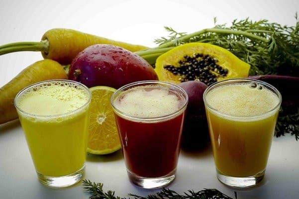 Des verres de jus de légumes