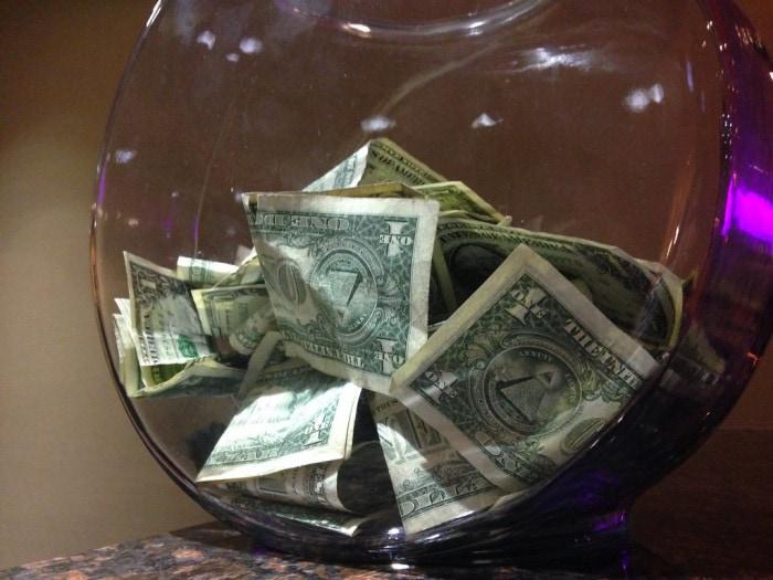 Pourboires en dollars dans un pot
