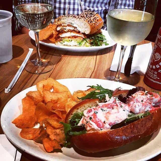 A table : sandwiches et vin