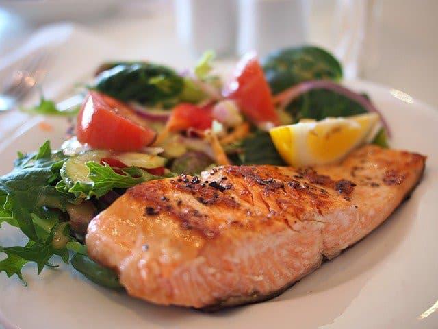 Plat de saumon et salade