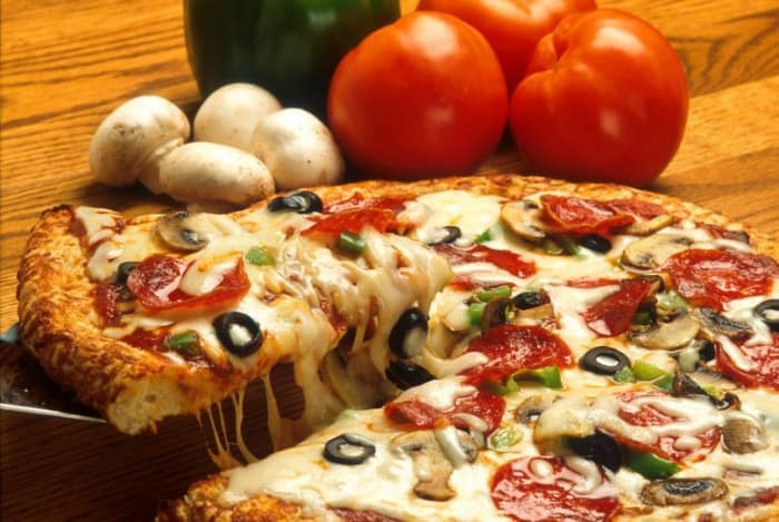 Pizza sauce tomate, fromage et champignon