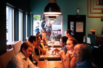 Aller au restaurant, un acte social vital  pour les Français