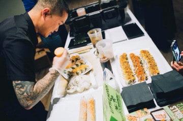 Des criquets et des vers en garniture de sushis