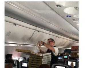 Distribution gratuite de pizzas en avion