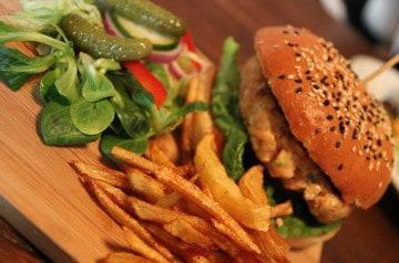 Kev Adams ouvre son restaurant healthy en plein Paris