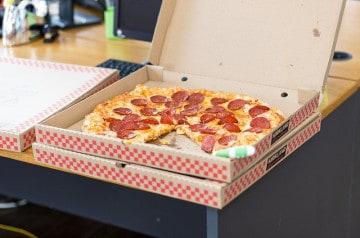 Manger sa pizza au lit: enfin une boîte hyper pratique