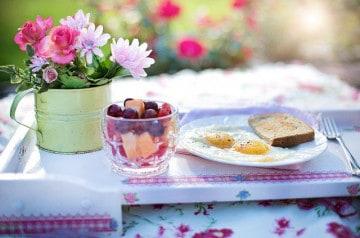 Prendre son petit-déjeuner sur la route, marrant ou absurde