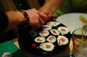 Un chef japonais crée des sushis en forme de baskets