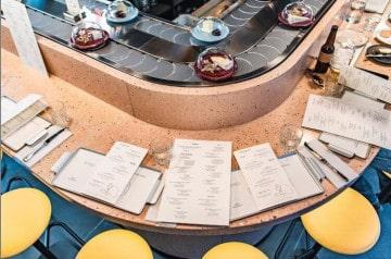 Un restaurant londonien sert des fromages sur tapis roulant