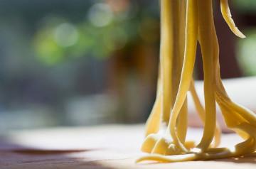 Une cheffe crée des pâtes en forme de teckel