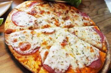 Une pizzéria où l'on prépare soi-même sa pizza, c'est réel
