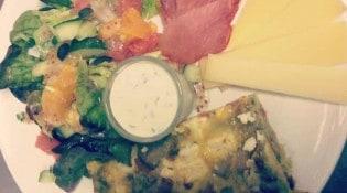 Café Albertine - L'assiette salée du brunch: frittata de légumes d'hiver, sauce au fromage frais et herbes, salade d'agrumes, charcuterie, et fromage de chez Balé.