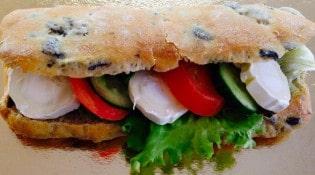 Au pain de mon grand pere - Ciabatta aux olives: chèvre et légumes du soleil ou chèvre, tomates, concombre et huile d'olive...